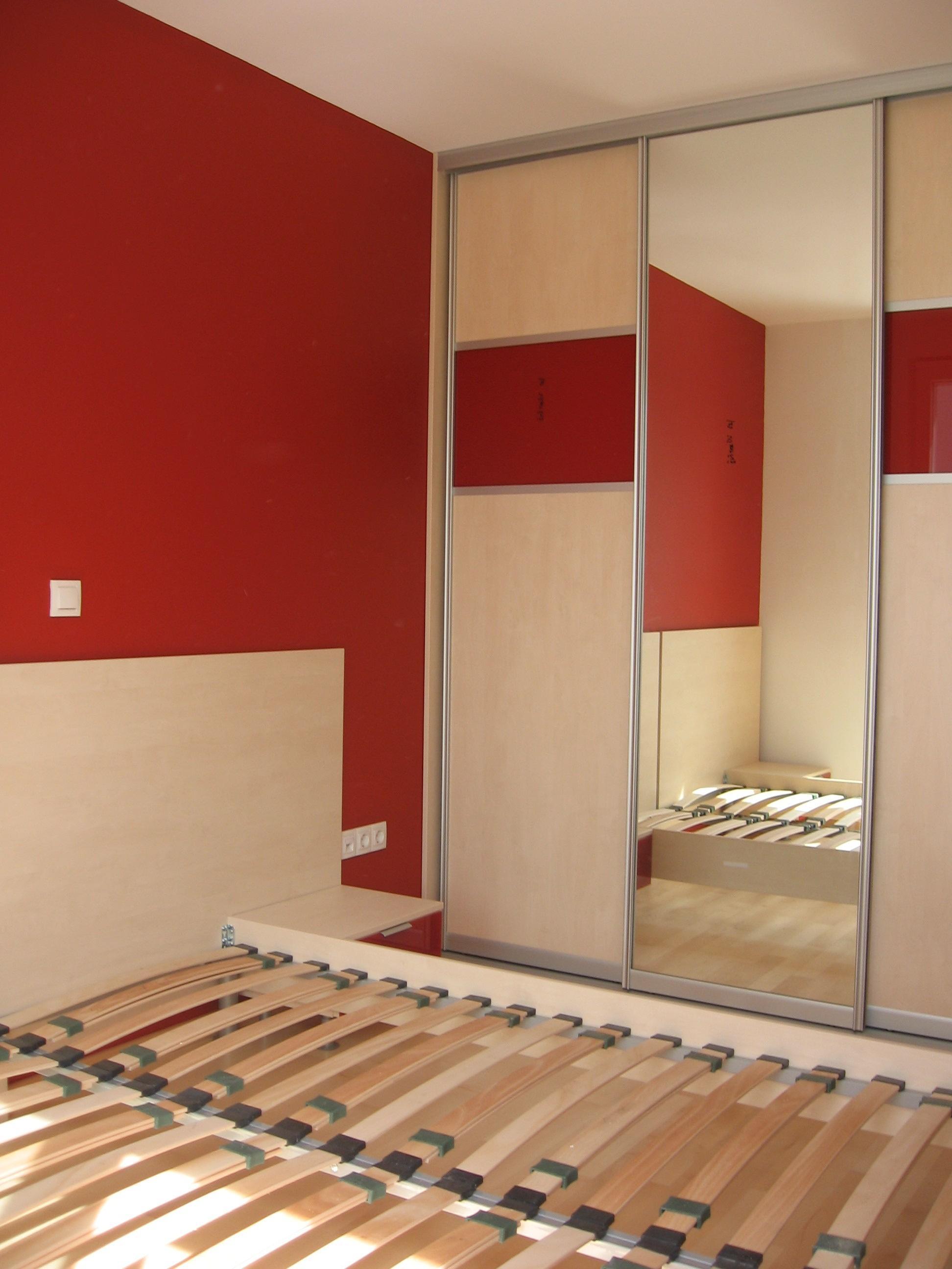 vgradna omara z drsnimi vrati v spalnici