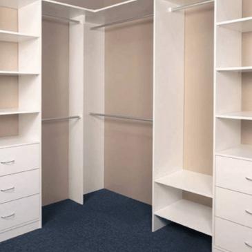Primeri ureditev notranjosti vgradnih omar za dnevne sobe in spalnice