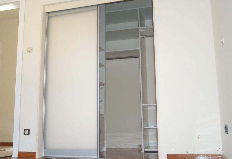 manjša garderobna soba z drsnimi vrati