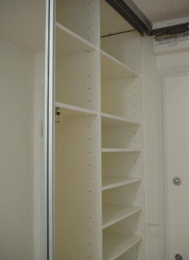 vgradna omara z drsnimi vrati
