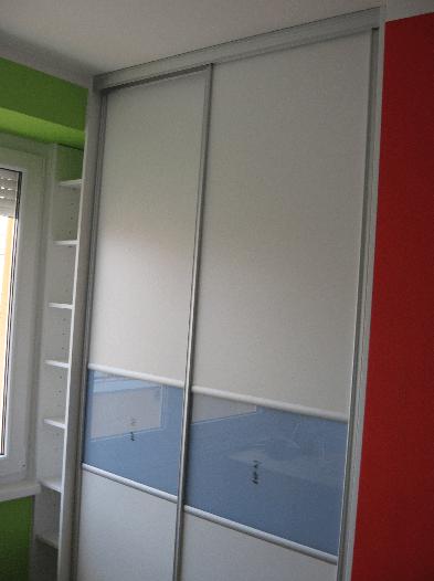 omara z drsnimi vrati otroška soba