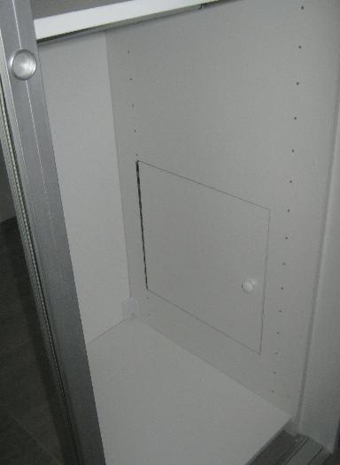 obdelana notranjost omare v predsobi