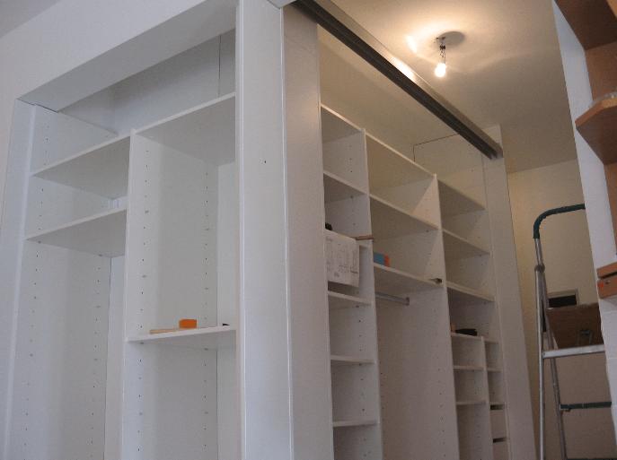 police na dveh stenah