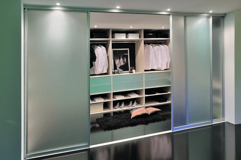 zaprta garderobna soba