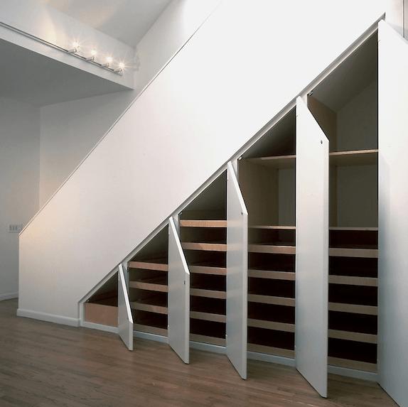 police pod stopnicami