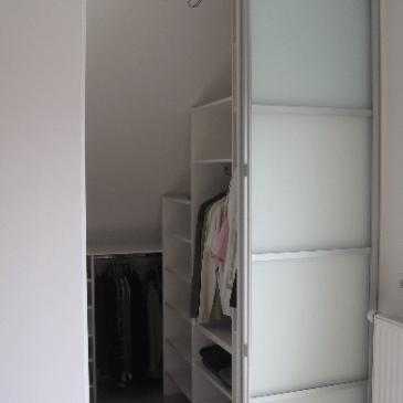 4 primeri postavljanja garderobnih sob v mansardah