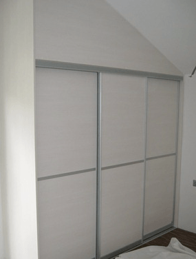 vgradna omara pod poševnim stropom