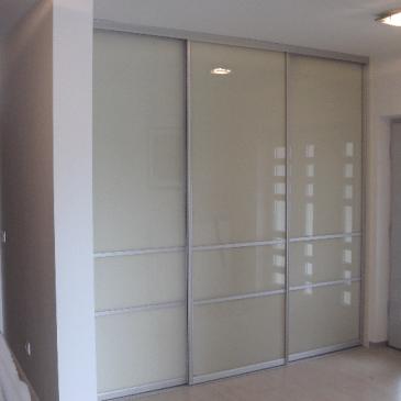 Vgradne omare in drsna vrata iz stekla