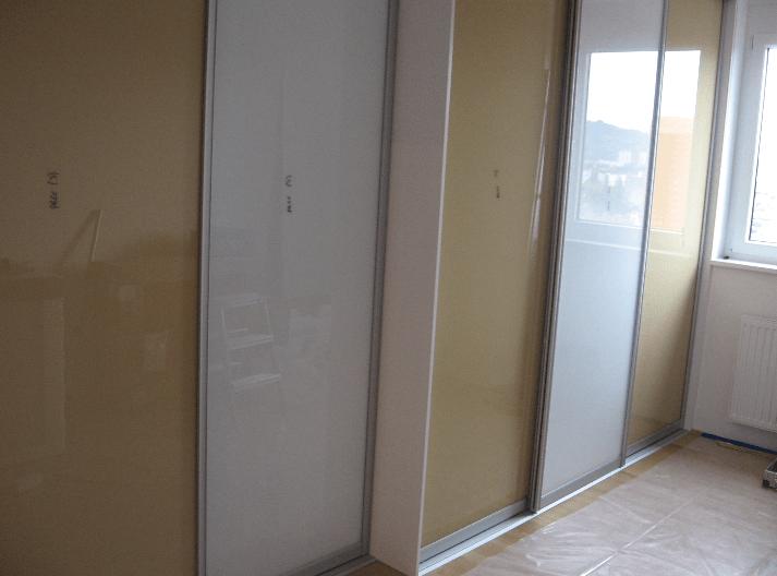 vgradna omara z neenako globino