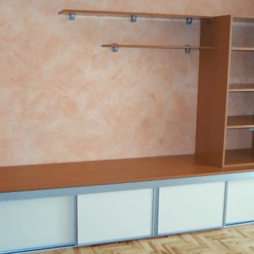 Opremljanje dnevne sobe z nizkimi regali – 5 primerov