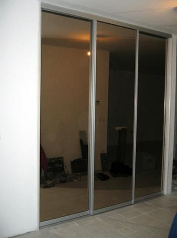 vgradna omara na hodniku ogledalo