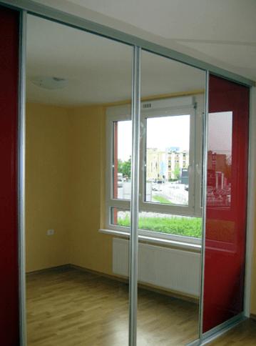 vgradna omara z ogledalom v spalnici