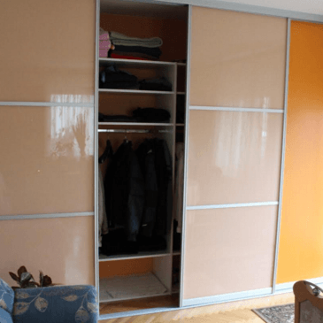 Garderobna omara z drsnimi vrati (v dnevno jedilniškem prostoru)