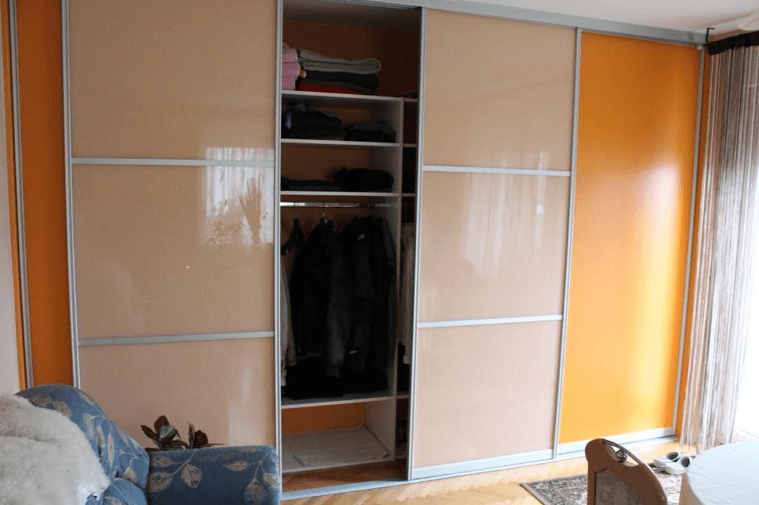 garderobna omara z drsnimi vrati delno odprta