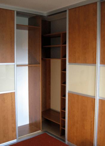kotna garderobna omara notranjost