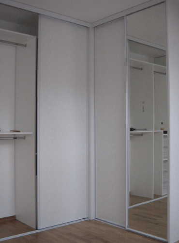 kotna garderobna omara