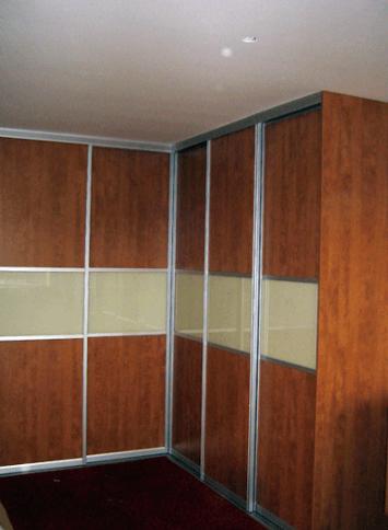 Kotna omara z drsnimi vrati, za spalnico