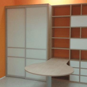 Primer vgradne pisarniške omare za manjši delovni prostor