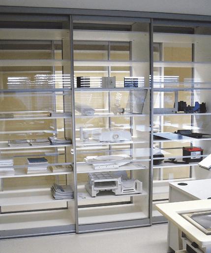 vgradna pisarniška omara s steklenimi drsnimi vrati