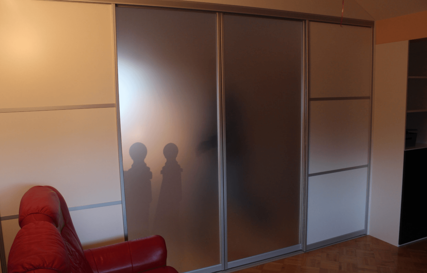 garderobni prostor za drsnimi vrati v mansardi