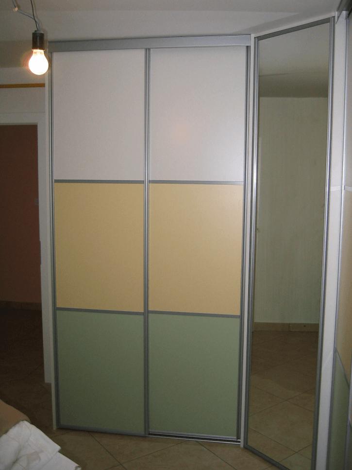 kotna vgradna omara z drsnimi vrati