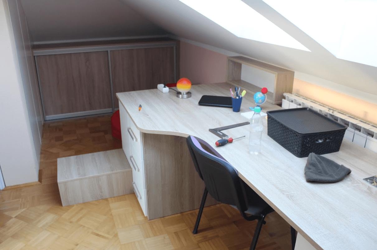 pisalna miza v mansardi