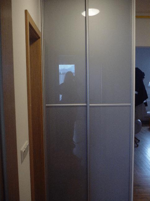 ožja omara s steklenimi vrati