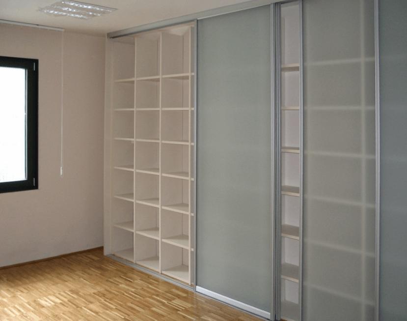 večja knjižna omara za poslovni prostor
