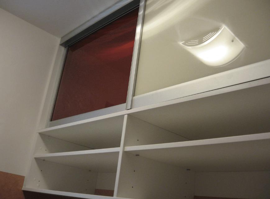 viseč regalnik pod stropom