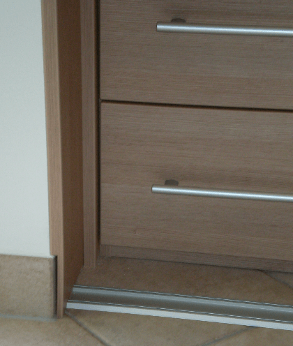 drsna vrata pomaknjena od notranjosti omare