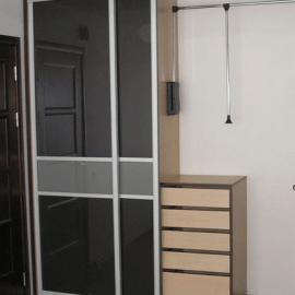 Garderobne omare za spalnico in uporaba stekla
