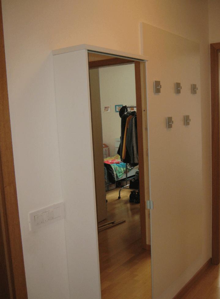 ozka omarica na hodniku