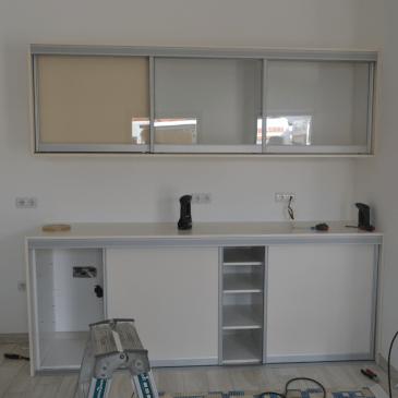 Pohištvo po meri za manjši poslovni prostor