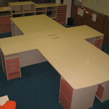 Opremljanje poslovnih prostorov – Večja pisalna miza in nizka omara po meri