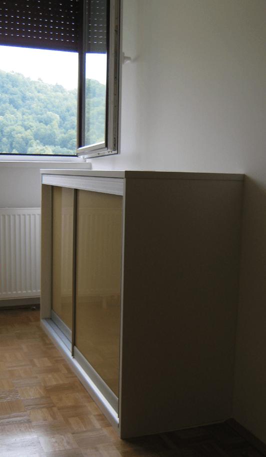 nizka-omara-pod-oknom