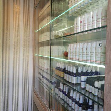 Primer manjše omarice za eterična olja s steklenimi drsnimi vrati